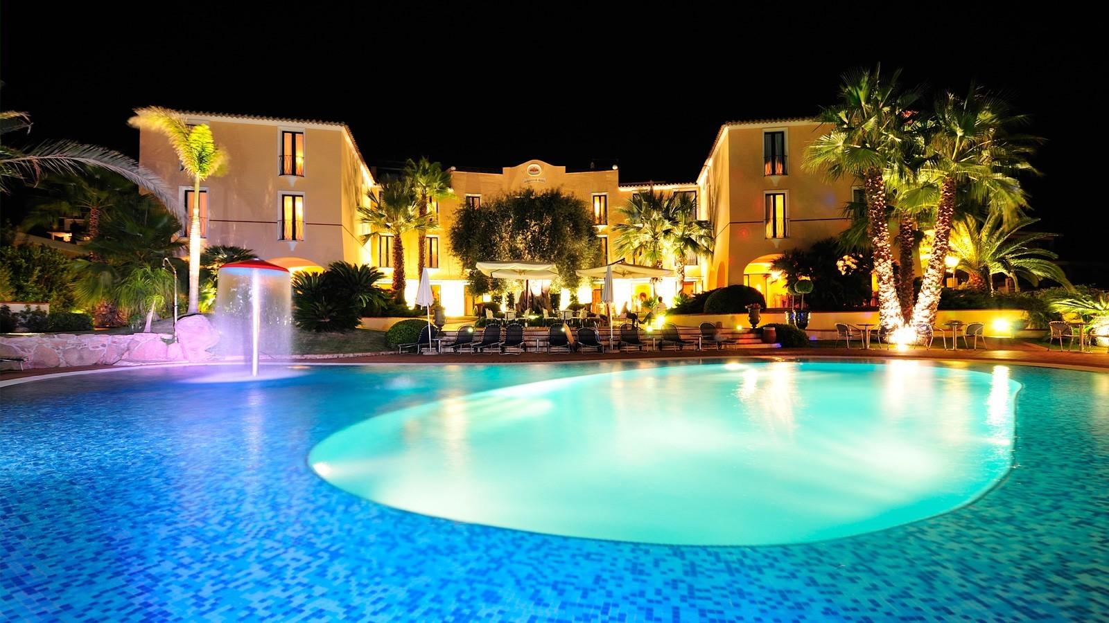 hotel-arbatasar-arbatax_notturno-piscina-11